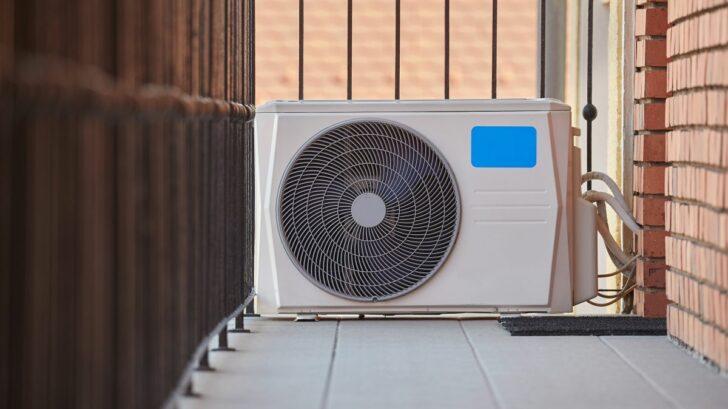 klimatizace-muze-byt-nainstalovana-dodatecne.-pokud-ji-nelze-umistit-na-fasadu-lze-ji-polozit-na-zem-ci-na-balkon-728x409.jpg
