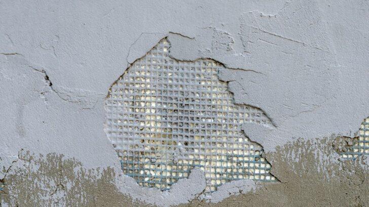 nekvalitni-materialy-pri-stavbe-budou-vyzadovat-brzkou-opravu-728x409.jpg