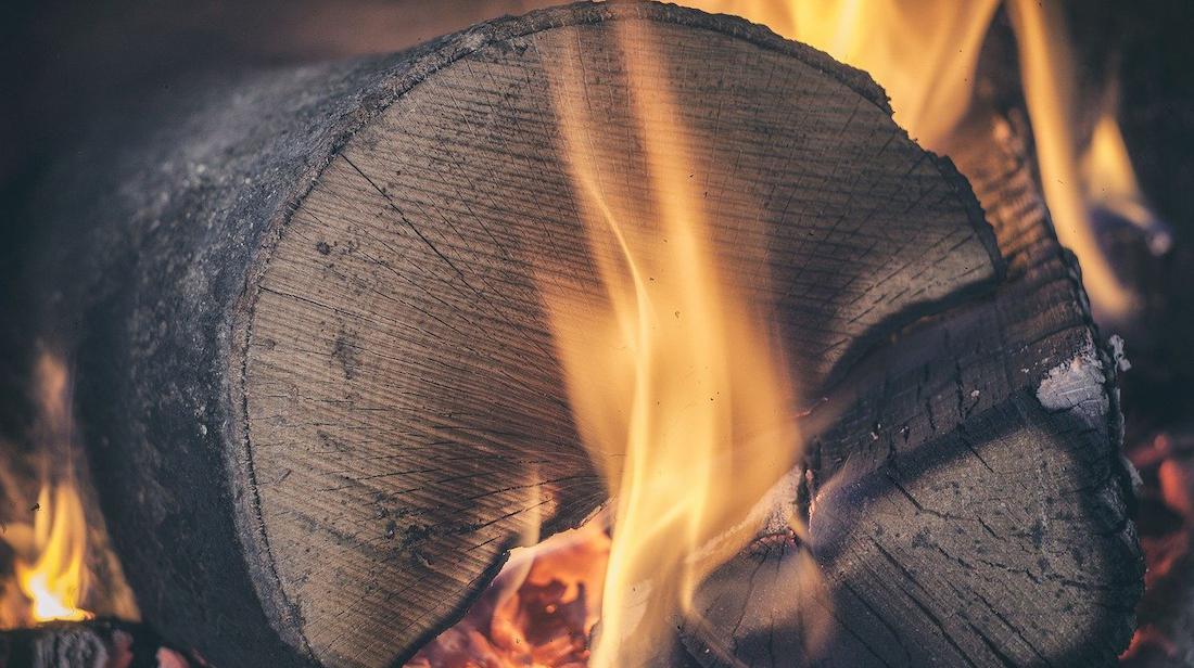 V případě klasického krbu hrozí nebezpečí úrazu nebo vzniku požáru. Elektrické krby jsou bezpečné.