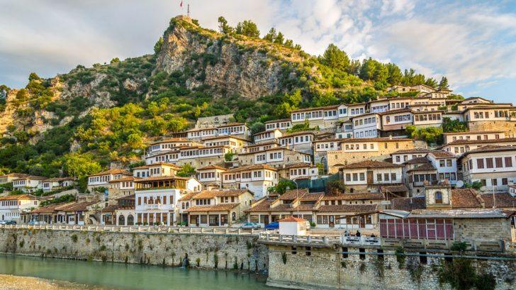pohled-na-stare-mesto-berat-albanie-728x409.jpg