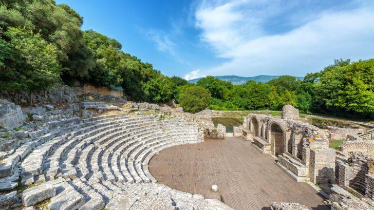 ruiny-antickeho-amfiteatru-v-butrintu-728x409.jpg