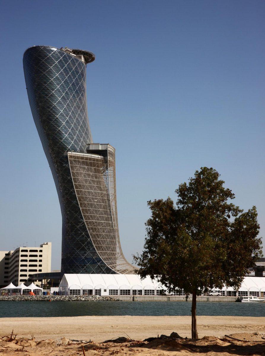 Capital Gate je novou nejšikmější budovou na světě!