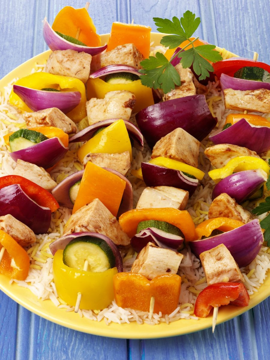 Recepty: Grilované kuřecí špízy sokurkovo-pomerančovou salsou